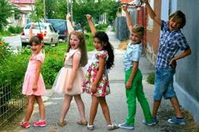 Дети изучают английский на прогулке во время игры